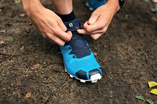 In der Quicklace Lasche der Salomon Trailrunning Schuhe lassen sich die Schnürbänder einfach verstauen
