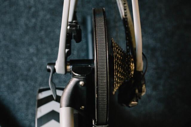 Beim Training auf der Rolle ersetzt der Wahoo Kickr das Hinterrad wodurch sich auch super zuhause trainieren lässt