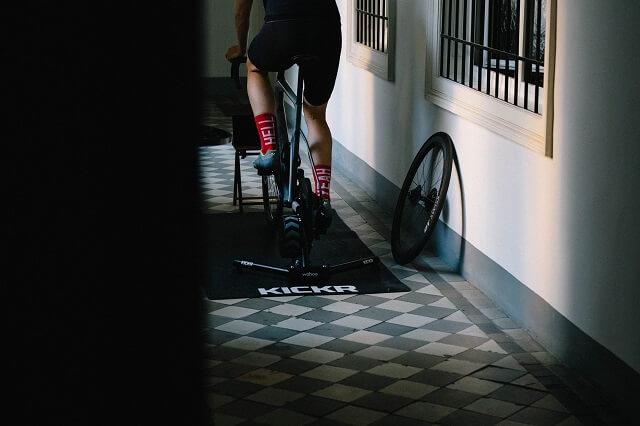 Mit dem Rollentraining und den Wahoo Fitnes Produkten lässt sich das Bike Training auch im Winter einfach fortsetzen