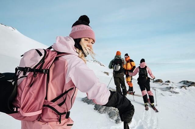Skitourbekleidung muss funktional atmungsaktiv und wasserdicht sein so wie die Peak Performance Vislight Pro Kollektion