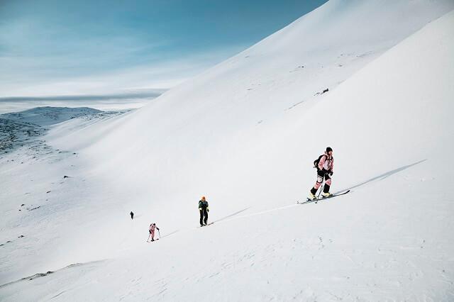 Skitourenbekleidung schützt dich vor dem Wetter und unterstützt dich beim Aufstieg durch hohe Funktionalität