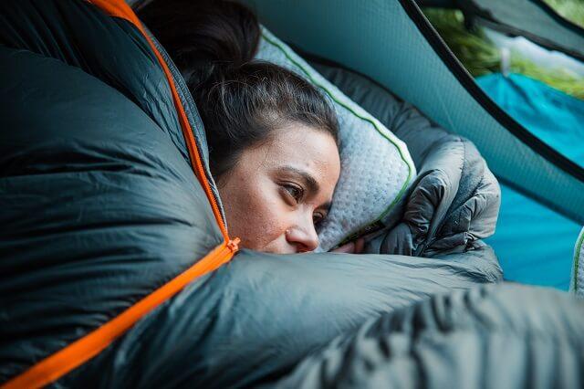 Auch im Zelt bietet dir das Blackroll Recovery Pillow einen guten Schlaf und eine vollständige Erholung vom Sport