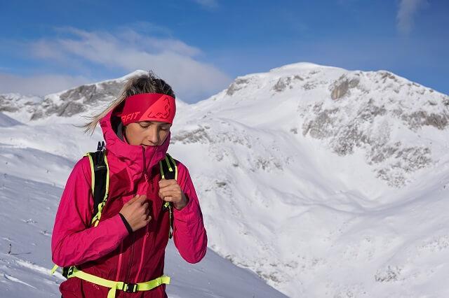 Die Dynafit TLT GORE-TEX Skitouren Jacke Damen im Wintersport Test 2020 2021