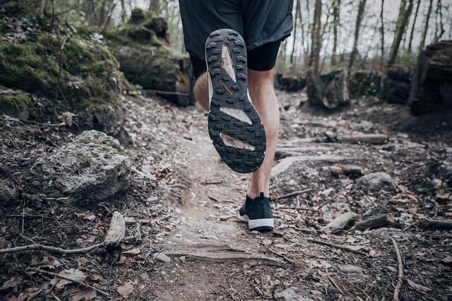 Die richtigen Trail Schuhe haben ein griffiges Profil und bieten dir auch abseits der Wege viel Grip beim Lauf auf Trails