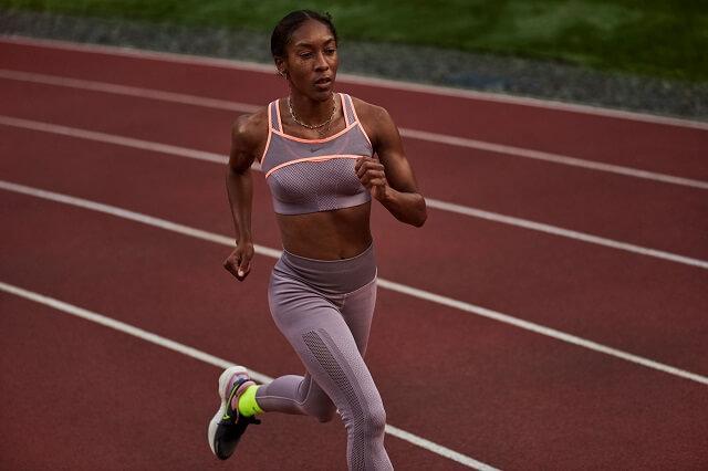 Mit dem Nike ZoomX Invincible Run 2021 läufst du auf weicher Dämpfung und verringerst die Gefahr auf Verletzung