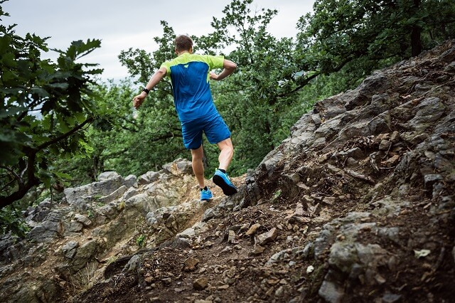 Um beim Laufen auf Trails auch bei uneebenem Terrain das Gleichgewicht zu behalten ist das richtige Training für dem ersten Lauf auf Trails wichtig