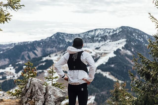 Beim Trailrunning steht das Erlebnis in der Natur im Vordergrund - Nutze unseren Trainingsplan lauf raus in die Natur und halet auch mal inne um das Gelände zu bewundern