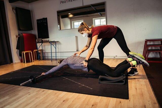 Den Core mit Krafttraining für Läufer zu stärken bildet einen wichtigen Punkt im Trainingsplan und Lauftraining 2021 allgemein