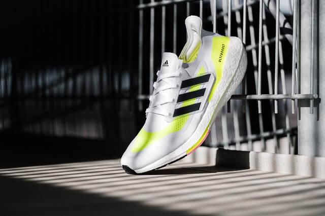 Die adidas Ultraboost 21 Laufschuhe überzeugen gut in unserem Test mit starkem Halt, viel Energy Boost und einem nachhaltigen Obermaterial