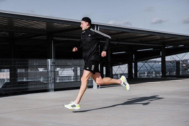 Durch die dickere BOOST Sohle eignet sich der adidas Ultraboost Schuh auch gut zum Laufen mit höherem Tempo