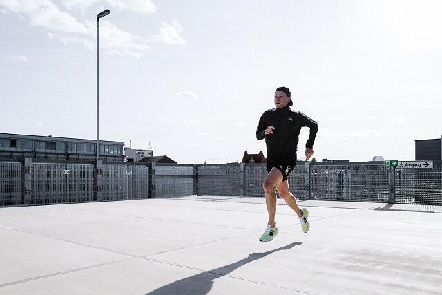 Durch die geschwungene Rocker Konstruktion eignet sich der adidas Ultraboost 21 im Test gut für Läufer die schnelle Schuhe für ihr Training suchen