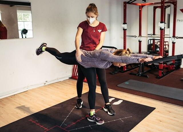 Mit einer guten Fitness und gezielten Sport Übungen verhindert man beim Laufen Verletzungen und kann sein Lauftraining 2021 effektiver und schneller gestalten