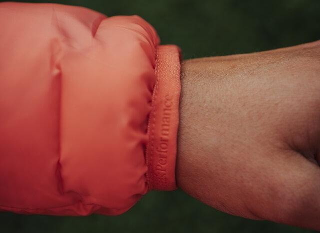 Durch die Armbündchen hält die Peak Performance Helium Jacke durchgehend warm