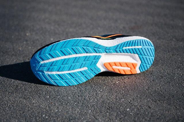 Mit der PWRRUN+ Mittelsohle bekommt man mit dem Saucony Triumph 18 einen komfortablen Schuh an den Fuß der Lust auf Laufen macht