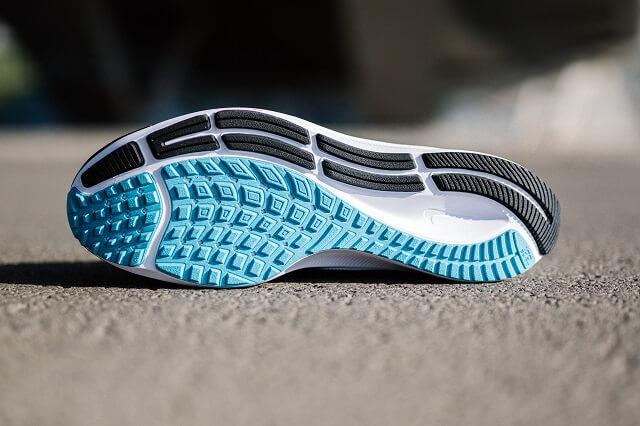 Der Nike Air Zoom Pegasus 38 besitzt dank seiner Gummi Sohle viel Grip und Stabilität beim laufen