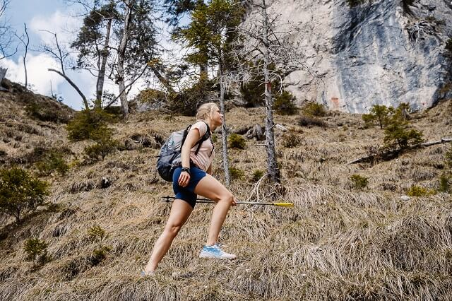 Fast Hiking ist eine Kombination aus schnellem Wandern und dem Genuss der Natur beim Outdoor Abenteuer