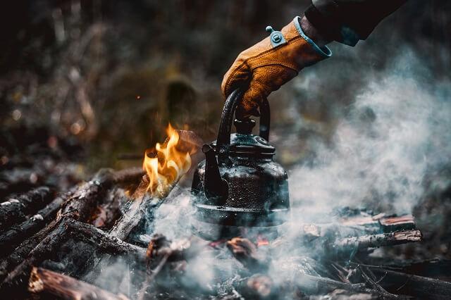 Nur mit der Outdoor Ausrüstung und dem Zubehör in der Natur zu kochen über offenem Feuer ist ein großer Spaß