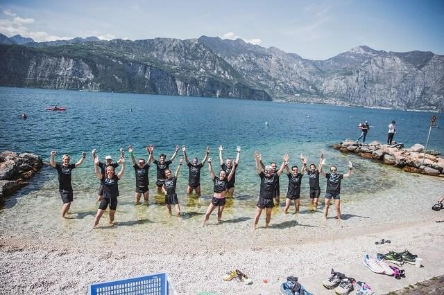 Der Abschluss des Lake Garda 42 Edition Zero Marathon Events 2021 endet mit den Füßen im Wasser des Gardasee nach einem Marathon Lauf