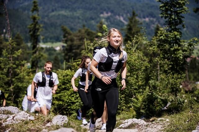 Bergauf und bergab laufen für das Trailrunning kann man mit den richtigen Kraftübungen und einer guten Koordination trainieren