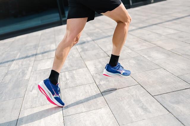 Keller Sports Pro Jan testet die neuen Mizuno Wave Rebellion Laufschuhe beim Running 2021
