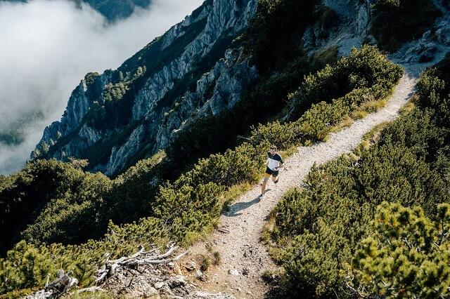 Mit den ASICS Fuji Lite 2 Trailrunningschuhen bereitet ihr euch im Training auf eure Trails vor