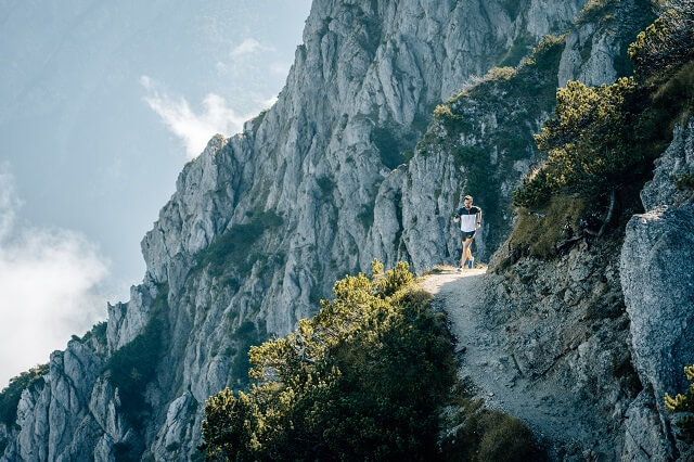 Mit den ASICS Fuji Lite 2 Trailrunningschuhen lauft ihr mit Leichtigkeit über Trails